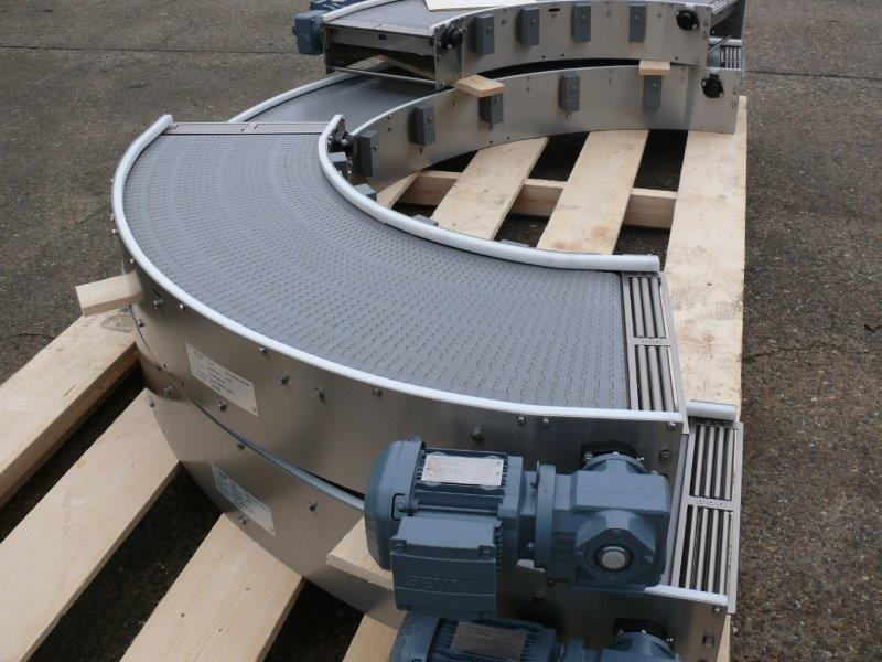 Curved conveyor with modular belt