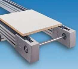Chain conveyor for moving pallets.