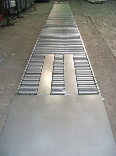 Gravity roller conveyor for moving pallets.