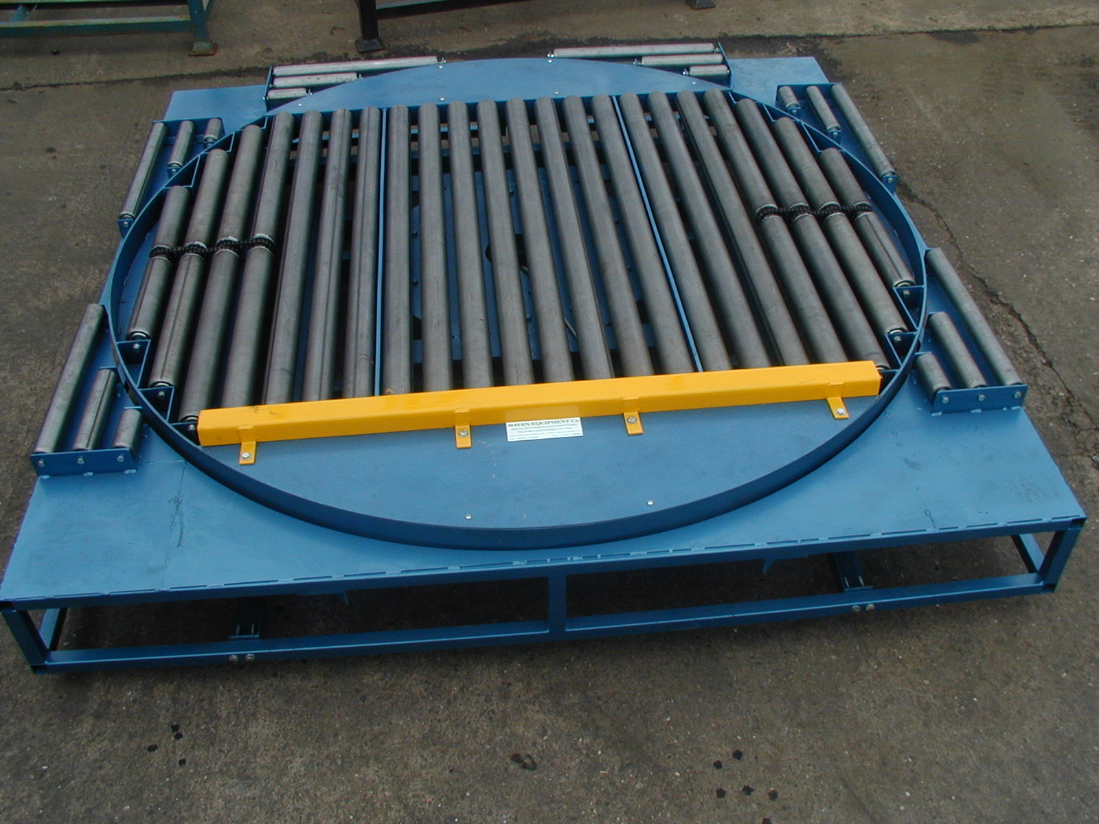 Powered pallet turntable