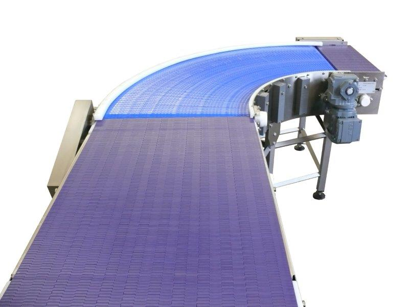 Wide modular conveyor belt with bend.